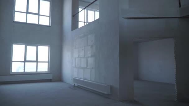 Tvůrce leštění podlahy Malty na staveništi nových bytů. Klip. Mechanizované zálivka betonová Mazanina. Panorama