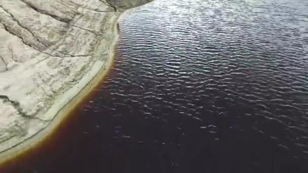 Nézd meg felülről a gyönyörű kék tó szigetén. Felvételeket. A tó partján, az őszi felülnézet