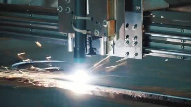 Laserový systém kusy kovových částí. Klip. Dělení plochého plechu ocelového materiálu s jiskry průmyslové stroje Cnc plazmového laseru výroba technologie zpracování