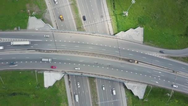Obecná pravidla. Klip. Pohled shora na spoji městské dálnice a křivek. Křivka visutého mostu. Pozadí malebná silnice