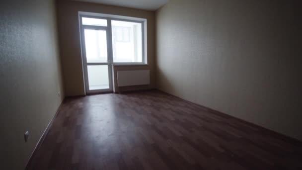 Salone luminoso vuoto senza mobili. Clip. Stanza vuota interna di luce senza mobili in una nuova ristrutturazione di edificio o in costruzione