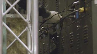 Inženýra elektrotechnika testy elektroinstalace a kabely na ochranu systému. Bay řídící jednotka. VN rozváděče. Elektrikář tvůrce inženýr pracovník instalace průmyslové kabely