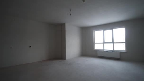 Ausbauarbeiten am renovierte Wohnung. Clip. Verputzte Wände ...