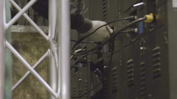 Elektriker Ingenieur testet elektrische Anlagen und Leitungen auf ...