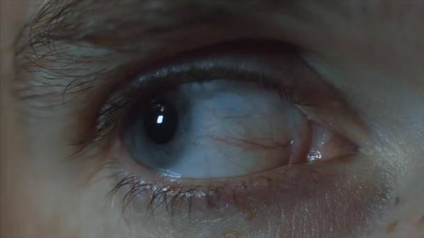 Mans oči detail. Video. Detail z mans oko, nervózní hnutí. Žák se rozhlédne
