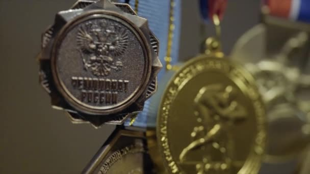 Sok aranyérmet a tricolor szalagok közelről. Érem az első helyen a judo verseny. Sok érmet a győzelem