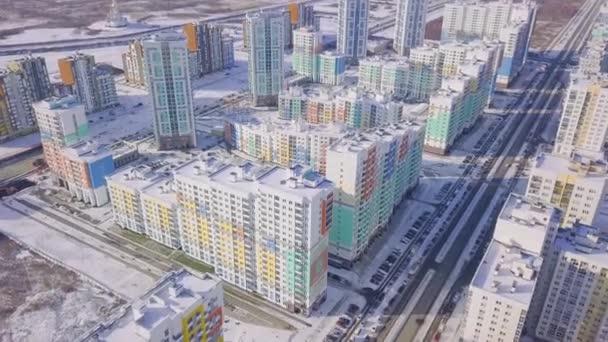 Letecký pohled na bytové domy složité a obytné domy okolí. Klip. Pohled shora moderní luxery bytového komplexu