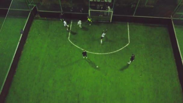 Vista aérea do campo de futebol à noite com jogadores de futebol amador 5bd71fe8571a7