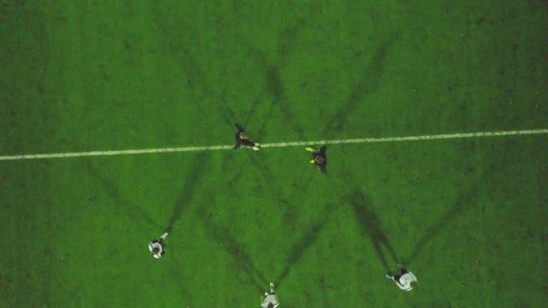 Vista Aerea Del Campo De Futbol En La Noche Con Los Jugadores De