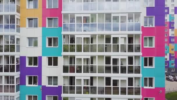Draufsicht auf farbige Wohnanlage. Clip. schöne stilvolle Häuser in verschiedenen Farben in einer luxuriösen Wohnanlage
