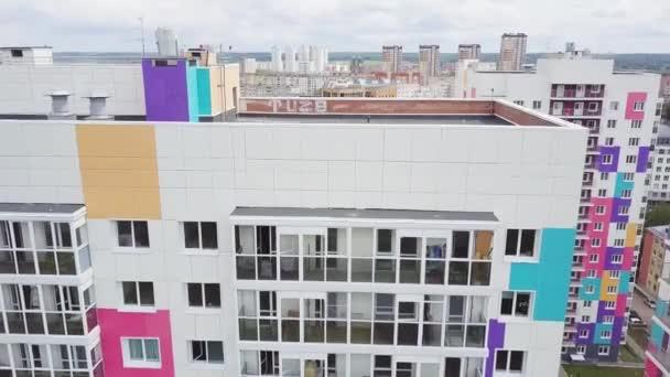 Draufsicht der farbigen Wohnanlage. Clip. Schöne stilvolle Häuser in ...