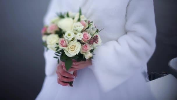 Sada nahrávek s nevěsty s kyticí, closeup. 4 v 1. Nevěsta má svatební kytice. Nevěsta drží svatební kytice bílých růží
