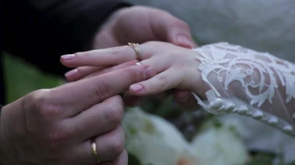 Serie di filmati con la sposa, lo sposo e gli anelli di nozze. 3 in 1. Sposo mettendo un anello nuziale al dito di spose. sposi che tengono le mani. Mettendo sullanello di nozze. Mani della sposi novelli