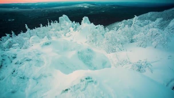 Velké panorama pohled zasněžené mohutné hory s horském útesu. Krajina a nádherná scéna. Video. Zimní krajina v horském údolí pod sněhem. Hory, sníh a modrá obloha