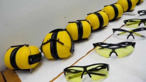 Gesundheit und Sicherheit mit Brille und Kopfhörer. Kopfhörer und Schutzbrille