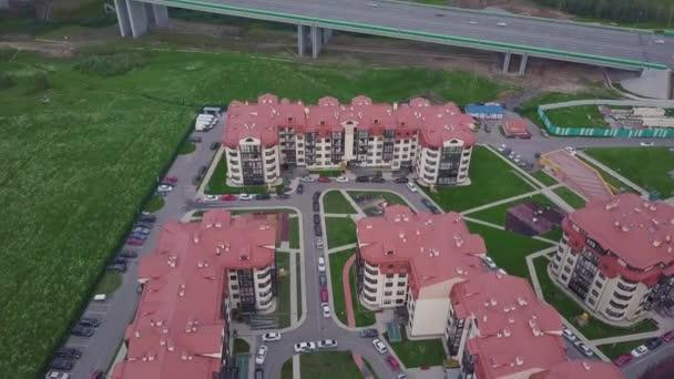 Felülnézete luxus kertvárosi apartman komplexum. Klip. A légi felvétel a lakóházak, összetett és lakossági házak szomszédságában