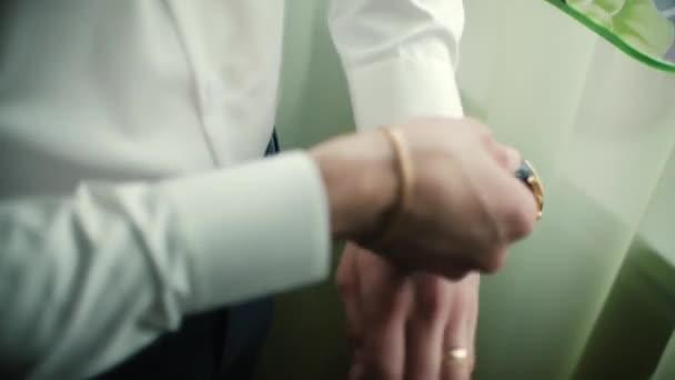 Closeup značkové hodinky na ruku podnikatel. Klip. Ruka podnikatel s hodinami