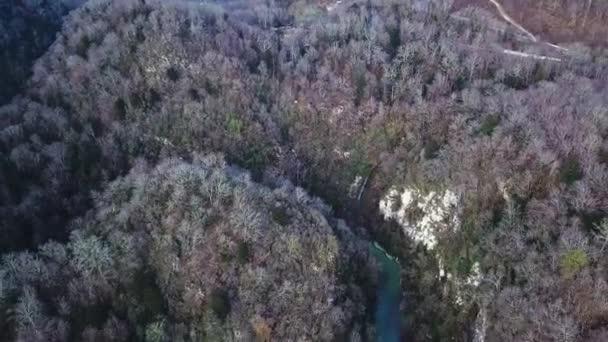 Letecký pohled na řeku Blue Mountain. Klikatá řeka, úžasné krajiny. Green river valley Canyonu široké letní panorama alpské horské krajiny