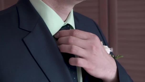 Portrat Der Geschaftsmann Seine Krawatte Stehen Im Buro Anpassen