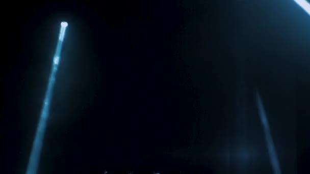 Koncert v osvětlení proti tmavé pozadí ilustrační. Reflektor na jevišti. Volné pódium se světly, světelná zařízení