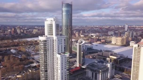 Luftaufnahme Apartmenthäuser Komplex und Wohnhäuser Nachbarschaft. Clip. Blick von oben auf die moderne Luxus-Wohnanlage