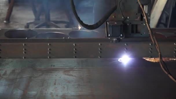Řezání kovu. Jiskry létají z laseru. Plechy v dílně. Moderní nástroj v těžkém průmyslu. Vysoce přesné Cnc laserové řezání plechů a kovových trubek v továrně. Laserové řezání ploché