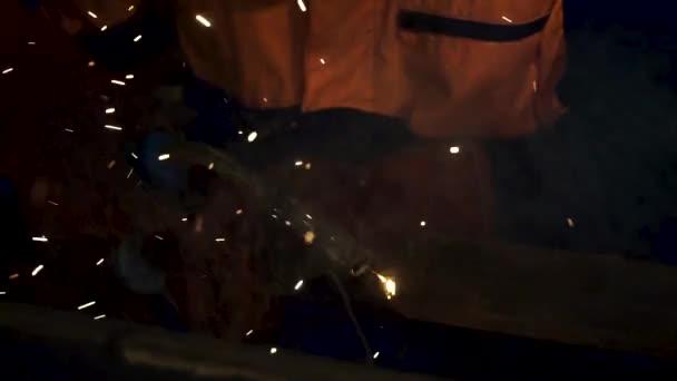 Svařování elektrodou: průmyslové svářeč, ocelový nosník, světlo a jiskry. Kovový svářecí dělník svařování Metal