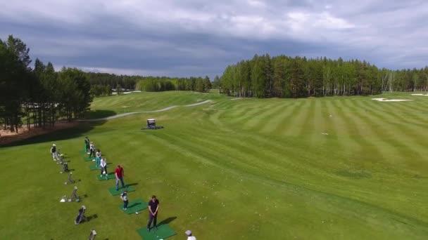 3 v 1. Sada nahrávek s golfisté hrát golf za slunečného dne, vynikající Golf club zelené trávy
