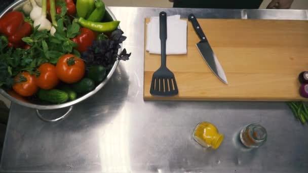 Čerstvé syrové jarní zelenina. Klip. Jídlo vegetariánské pozadí. Rajčata, okurky, ředkvičky, hlávkový salát listy v kovový koš. Pohled shora