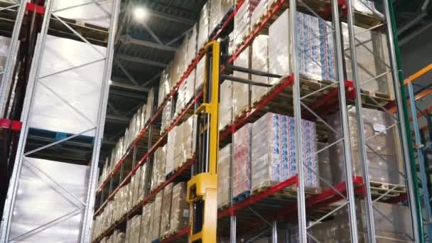Szüntesse meg a teherautó gyár. Klip. Nagykereskedelmi logisztikai, rakodási, szállítási és az emberek koncepció - betöltő rakományszállító raktár férfi