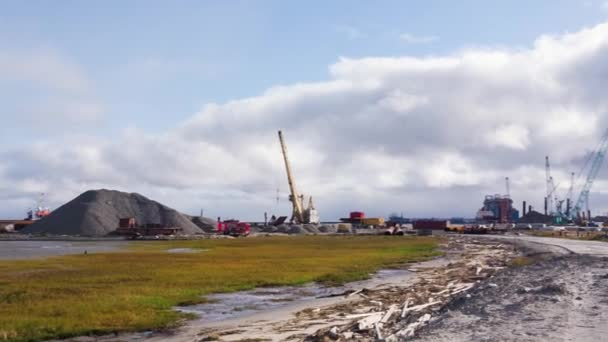 Vista di una piattaforma petrolifera offshore. Video. Estrazione delle risorse naturali sulla riva. Grande struttura con strutture per estrarre ed elaborare olio e gas naturale e il trasferimento a Riva per la raffinazione e