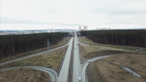 Dálnice silnice v lesní krajině. Video. Letecký pohled aut na dálnici v přírodě. Letecký krajina dálnice silnice