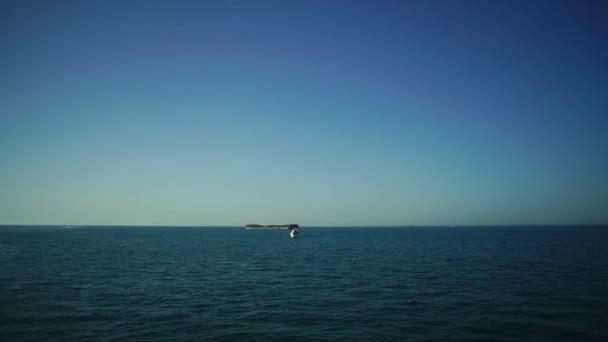 Velká kontejnerová loď opouští přístav plný s kontejnery a nákladu. V UK. Tanker na moři