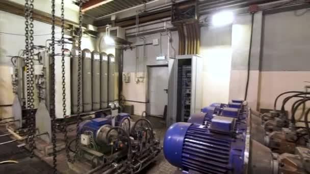 Tubi, raccordi, valvole e pompe della centrale elettrica. Stock footage. Attrezzature diverse presso la stazione di compressione della fabbrica.