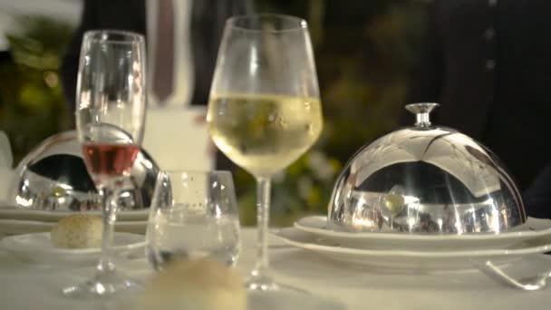 Detailní bufet na stole. Akce. Součástí elegantního prostírání stolu v luxusní restauraci
