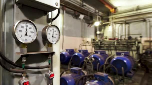 Velká průmyslová kotelna, potrubí ústředního topení a vodovodní potrubí s tepelnou izolací. Záběry ze skladu. Zařízení v elektrárně.