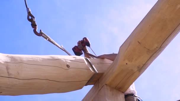 Baumeister mit Elektroschrauber bei der Arbeit. Clip. Profi-Schreiner arbeitet mit Holzmaterial am neuen Holzhausdach.
