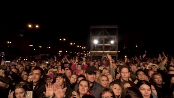 Barcelona, Španělsko - 09.29.2019: Dav si užívá koncert, šťastní lidé se usmívají, fotí a natáčí a v noci jásají venku. Akce. Velká skupina lidí na hudebním festivalu.