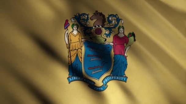 Egy közeli kép New Jersey zászlójáról. Animáció. Hazafias háttér téglalap alakú sárga zászlóval a szélben és az állampecsét képével. Amerikai Egyesült Államok lobogói