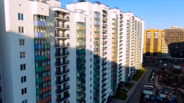 Häuserblocks, die für Tausende von Bewohnern geeignet sind, mehrstöckige Häuser. Bewegung. Unterteilung Entwicklung von dicht gedrängten Häusern mit Einfahrten, riesige Nachbarschaft Vorort.