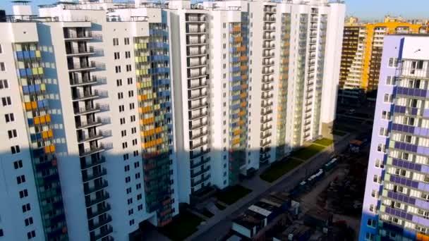 Hochhäuser mit bunten Arkaden im neuen modernen Stadtviertel. Bewegung. Baugebiet mit neuen Wohnhäusern.