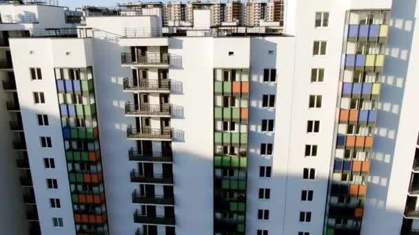 Blick von oben auf neue Residenzen an einem sonnigen Tag. Bewegung. Blick aus der Vogelperspektive auf das neue Viertel-Hochhausgebiet Stadtentwicklung Wohnquartier bei sonnigem Tag