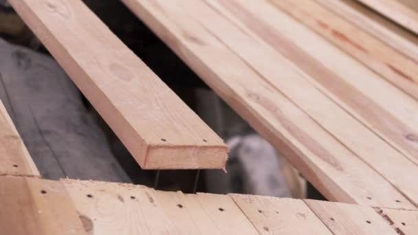 Fából készült ház építése. Csípés. Fából készült deszka közelsége a befejezetlen ökológiai ház tetején, ácsmunka koncepció.