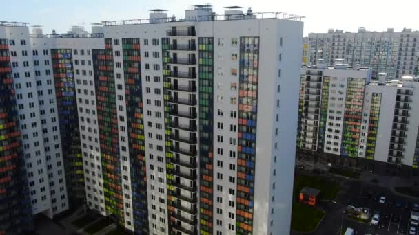 Barevný vícepodlažní komplex nových budov. Pohyb. Horní pohled na krásný pestrobarevný design fasády rezidenčního výškového