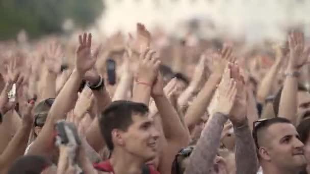 Jekatěrinburg, Rusko-srpen, 2019: Dav lidí tleská na letním festivalu. Akce. Dav s mladými lidmi na dovolené nebo koncert ve velkém městě v letní den