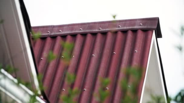 Detailní záběr na koncepci střešních tašek nově postaveného domu, architektury a stavebních materiálů. Záběry ze skladu. Zblízka červených střešních tašek chalupy.