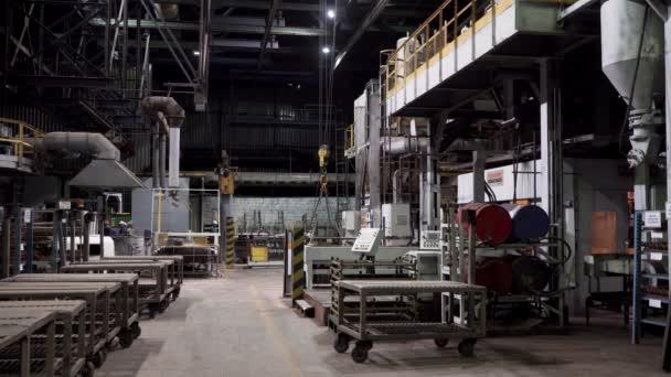 Průmyslové zázemí, dílna s různým profesionálním vybavením, mužští pracovníci a průmyslové stroje. Scéna. Koncepce výstavby a inženýrství.