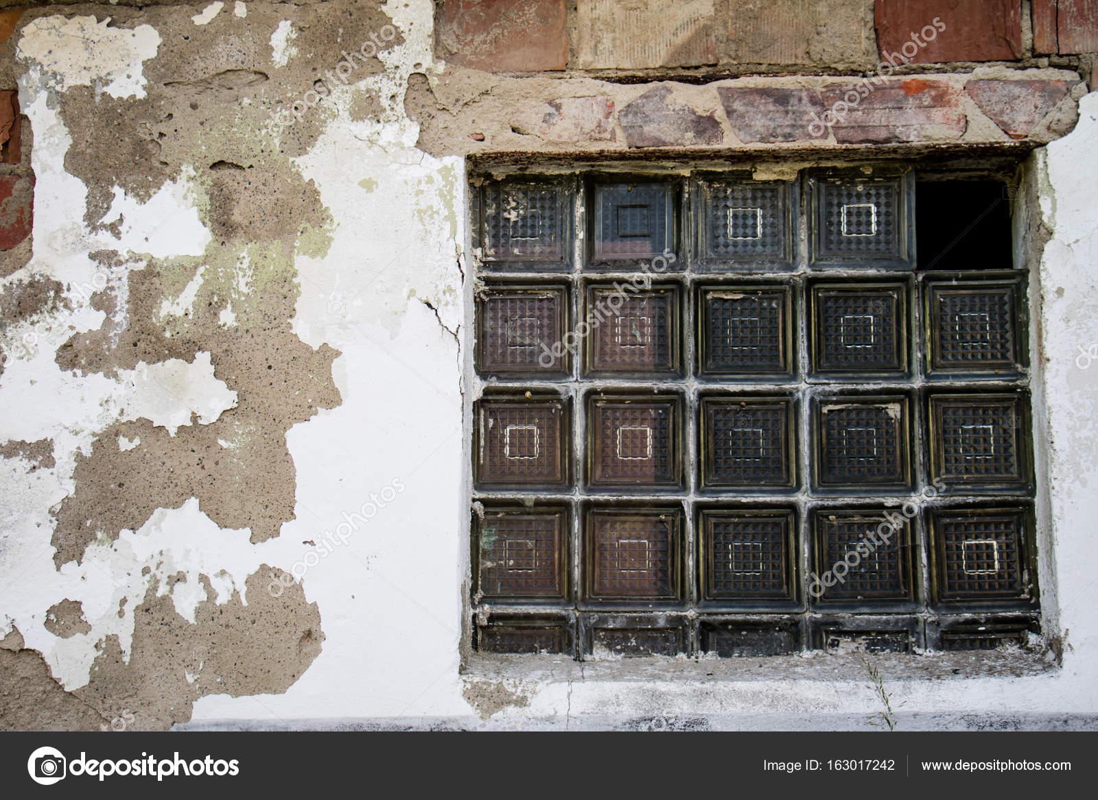 Altes Fenster fenster in einem zerstörten gebäude altes fenster eingebettet in