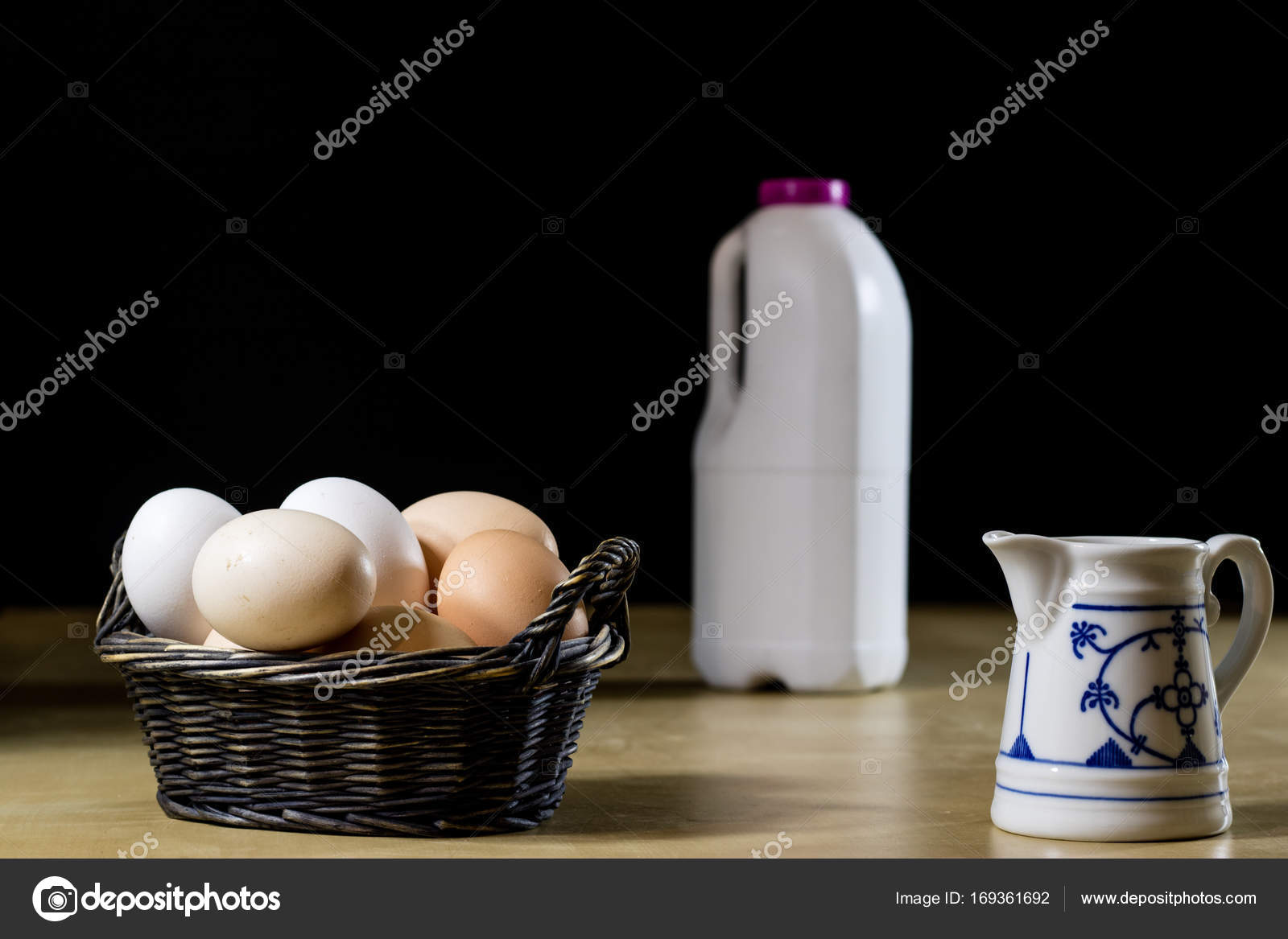 Ei, Milch und Krug auf dem Küchentisch. Küchentisch mit Essen ...
