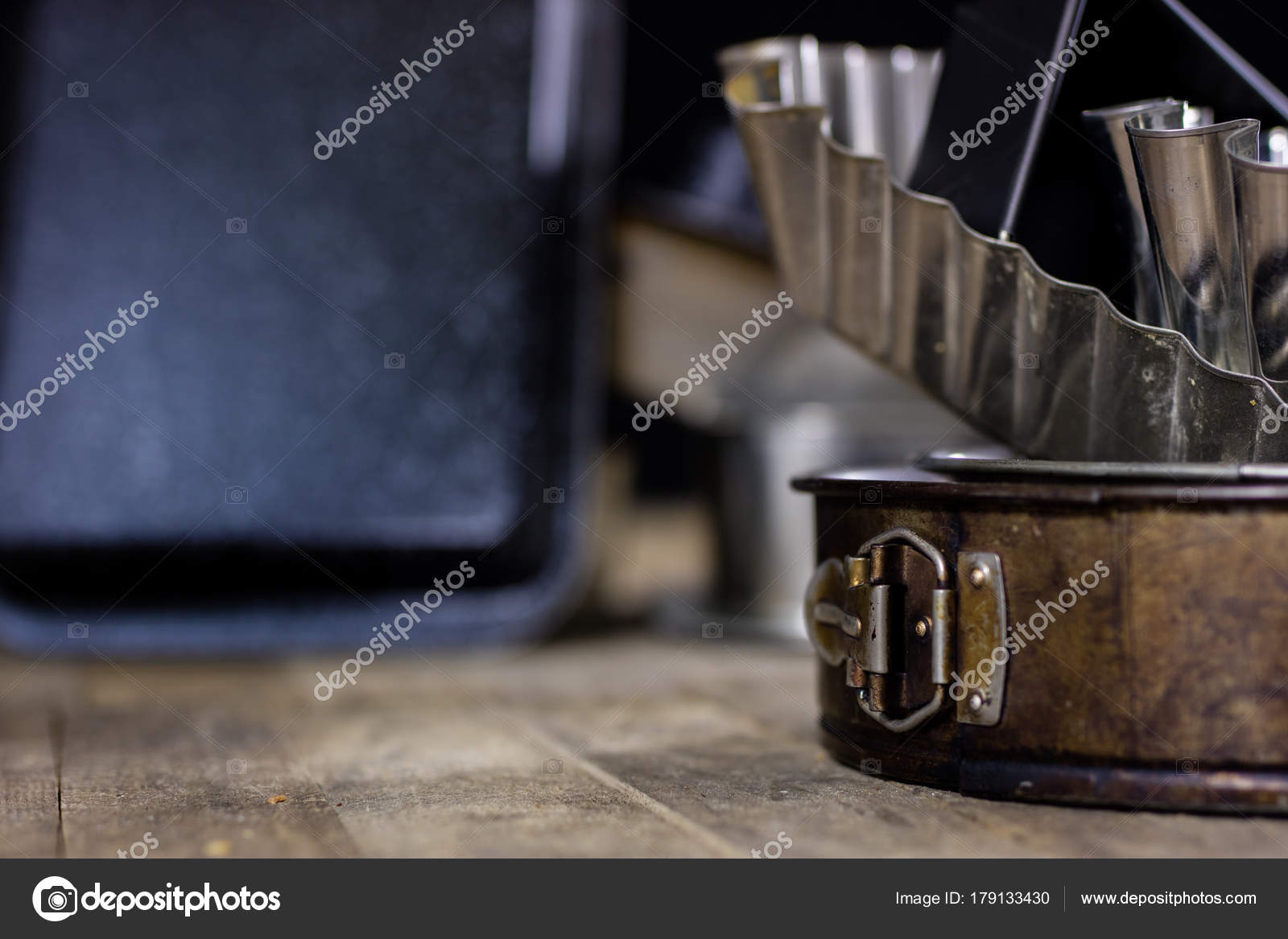 Dosen Und Backformen Auf Einem Holztisch Altes Kuchenzubehor Stockfoto C Piotrek Wytrazek Pl 179133430